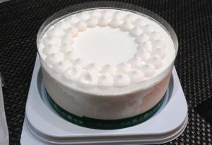 飾り付け前のホールケーキ