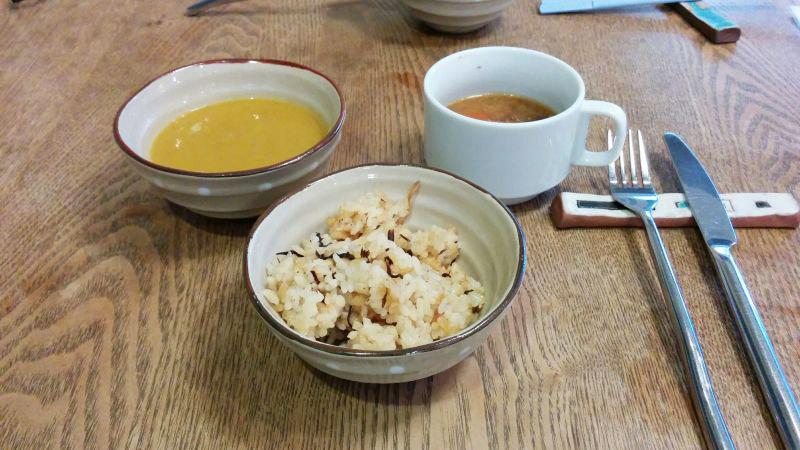 ビュッフェのご飯とスープ、お味噌汁