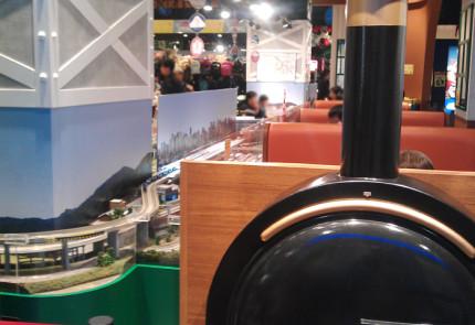 機関車の座席をイメージしたテーブル席