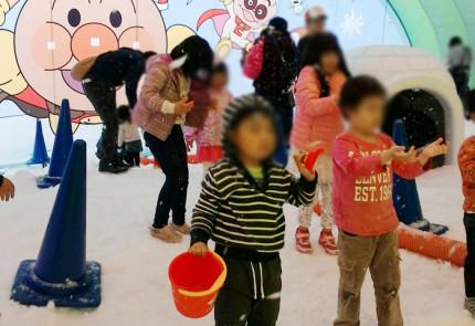 人工雪を浴びて遊ぶ子供たち