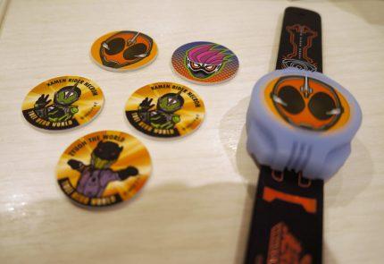 「仮面ライダーネクロム」と「ジュウオウ ザ ワールド」のメダル