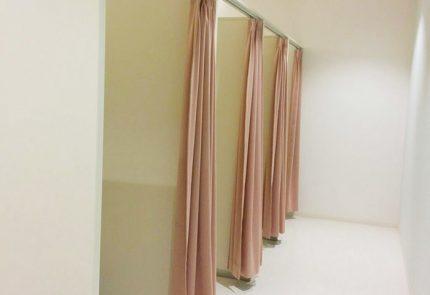 授乳室は試着室のようにカーテンで戸締りするタイプの小部屋が4つ
