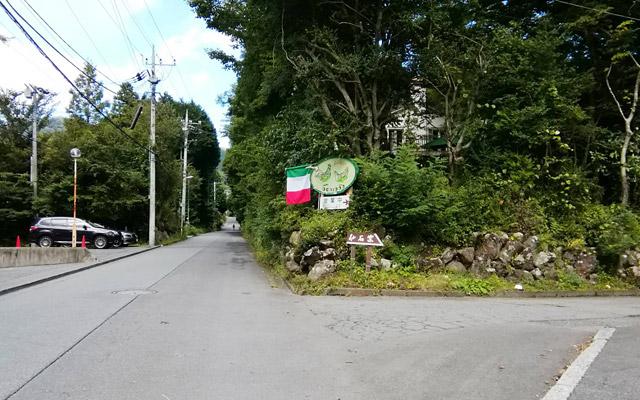 この道を入って少し進んだところの右側に、アルベルゴバンブー