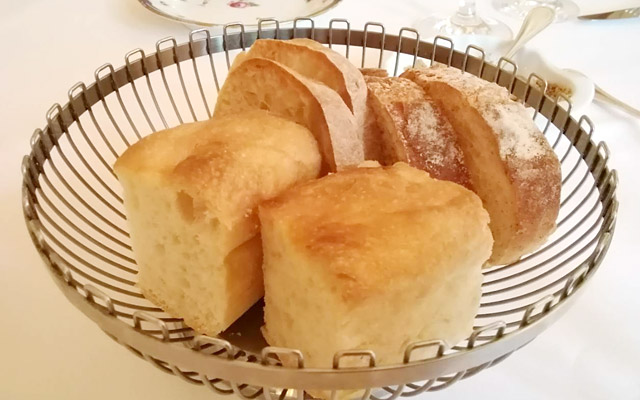 フォカッチャ、塩を使っていないカンパーニュ、フランスパンのような普通のパン