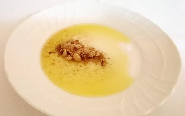 カレー風味の香辛料の効いたナッツの粉を入れたバージンオリーブオイル