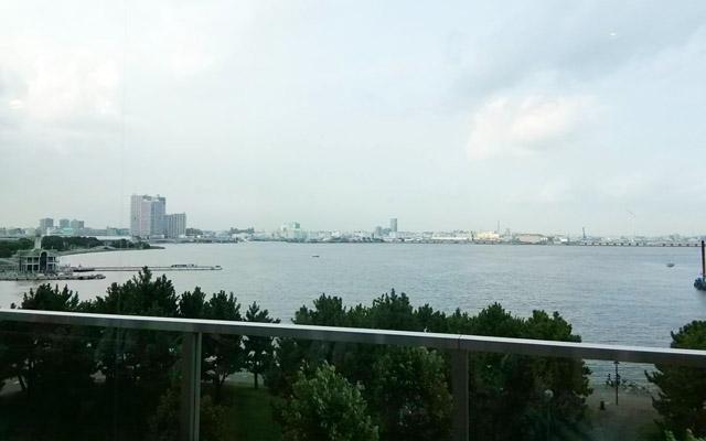 窓からは、横浜みなとみらいの海が見えます