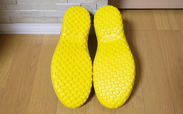 靴の裏はこのようにブツブツとしていて、滑りにくくなっています