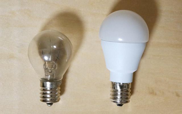 普通の電球と並べてみると、これくらいの大きさの違い