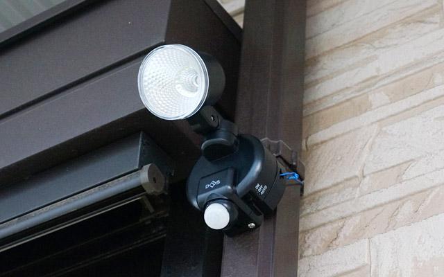 こうして、無事に雨どいの柱の部分(竪樋)にセンサーライトを取り付けられました。