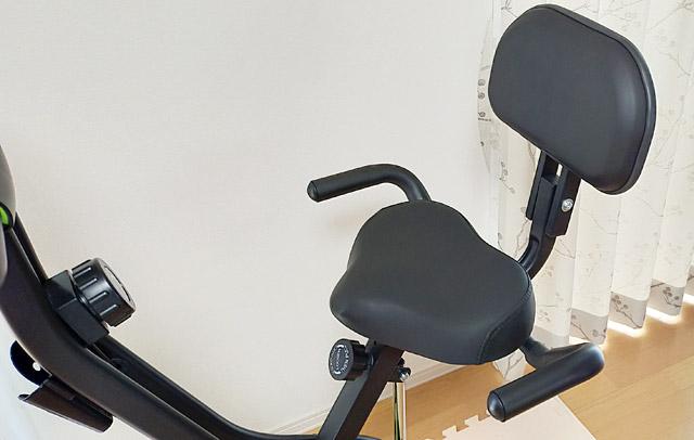 似たような商品で、背もたれのついていないエアロバイクが、もう少し安く販売されていましたが、背もたれが付いていると、寄りかかって使うこともできるので、何気に便利です。