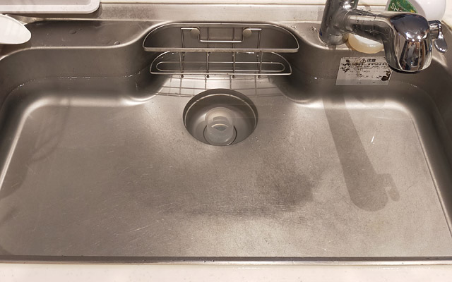 まずは、雑巾などで排水口をふさぎます。雑巾でなくても、排水口をふさげるものなら何でも大丈夫です。私は計量カップでふさぎました。