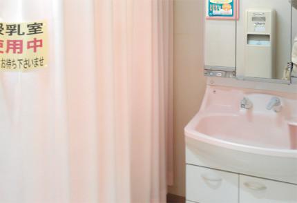 授乳する為の部屋のカーテンと洗面所
