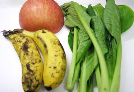 りんご(1/2個)、バナナ(2本)、小松菜(4株)