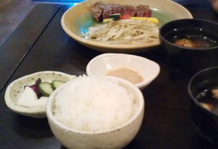ランチのセットのご飯、味噌汁、漬物、サラダ、コーヒーまたは紅茶