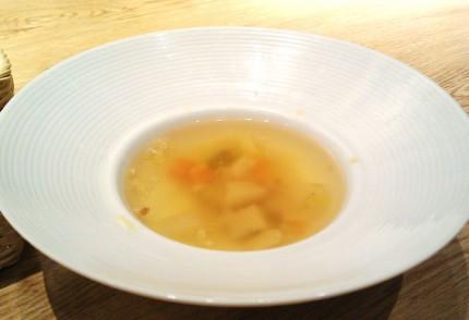 プレートにセットのスープ
