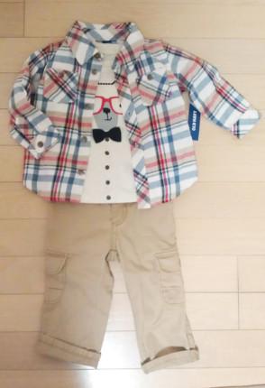 ベージュのカーゴパンツとネルシャツ