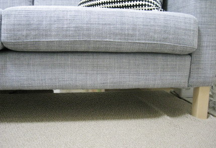ソファーの下のスペースを有効に使えないものか