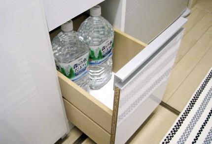 一番下の棚には水が入れられます