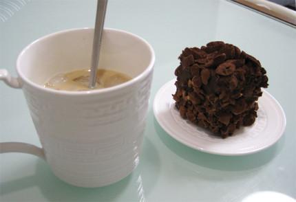 インスタントコーヒーとケーキ
